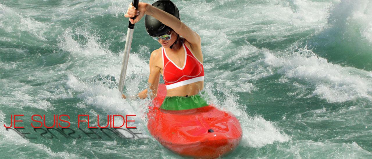 Kayakiste en soutien-gorge de sport FITme 2.0 rouge en train de pagayer dans des rapides.